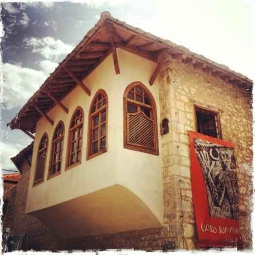 Der nächste Stop ist die osmanische Stadt Stolac. Etliche Bauten entstanden im 18. und 19. Jahrhundert und sind ein wertvolles architektonisches Zeugnis, wie das Šarić-Haus, in dem heute eine Dauerausstellung untergebracht ist. (Foto: balkanblogger.com)