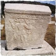 """Der Stećak """"Grüßender Krieger"""" zählt zu den bekanntesten. 2009 haben Archäologen aus Bosnien.-Herzegowina, Serbien, Montenegro und Kroatien eine Antrag bei der UNESCO eingereicht, dass dieses bosnische Kulturgut zum Weltkulturerbe erklärt wird. (Foto: balkanblogger.com)"""