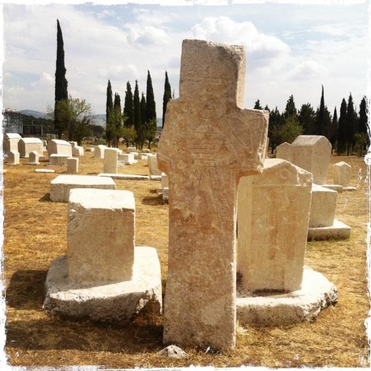 Christliche und moslemische Namen erscheinen in den Inschriften, die teilweise geheimnisvoll klingen. (Foto: balkanblogger.com)