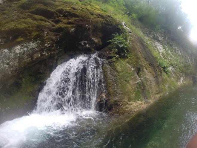 Kleine Wasserfälle säumen den Weg (Foto: neretvarafting.ba)