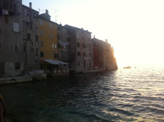Abends spaziert man an der Küste entlang und geht in eines der zahlreichen guten Restaurants essen (Foto: Balkanblogger)