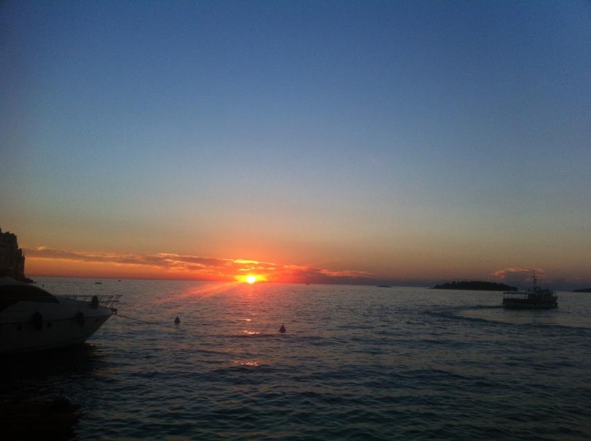 Unvergesslich: Den Sonnenuntergang bei einem Gläschen Wein am Strand geniessen! (Foto: Balkanblogger)