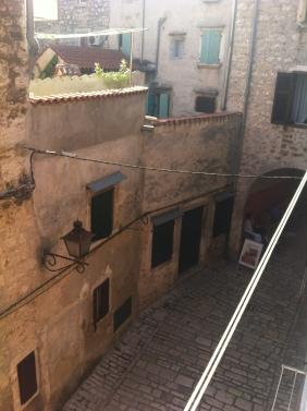 Die engen Gassen in der Altstadt werden von historischen Steinhäusern gesäumt. Das war unser Ausblick aus dem Apartment. Wunderschön, nicht wahr? (Foto: Balkanblogger)