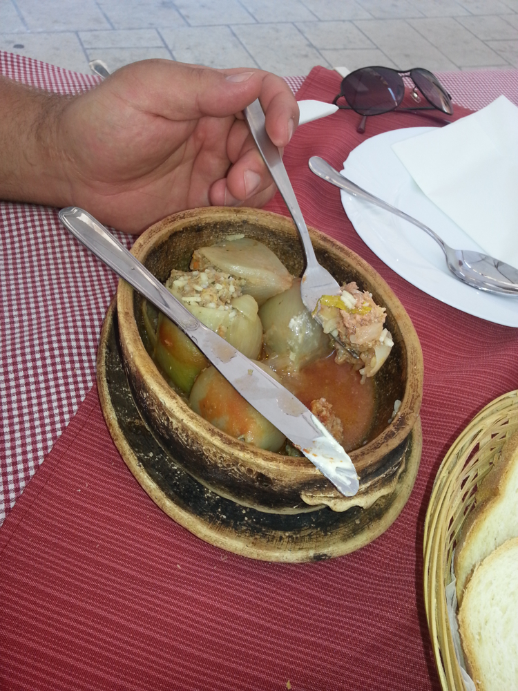 Der Eintopf und Kahva waren ein Genuss! Wer noch nie in Bosnien-Herzegowina war, der kann es in diesem Bistro kulinarisch kennenlernen! (Foto: Balkanblogger)