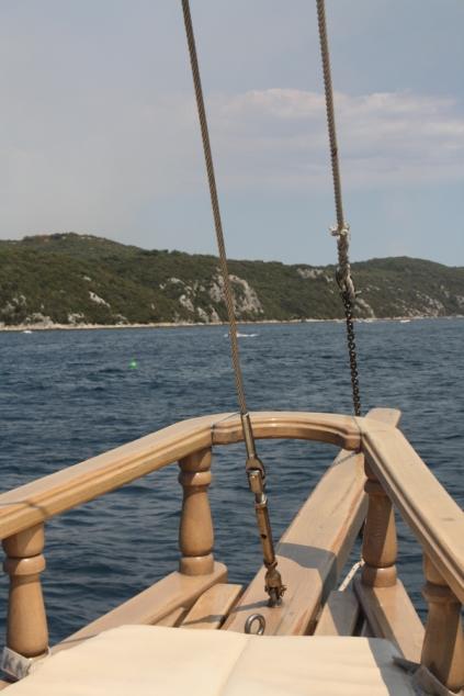 Wenn man Glück hat, darf man sich ganz vorne auf Matten hinsetzen und den Wind um die Nase wehen lassen oder die Sonne aufs Gesicht (Foto: Balkanblogger)