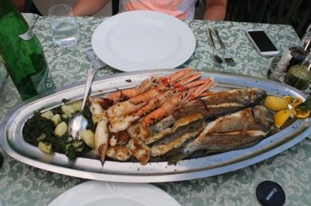 Wir bestellten eine Meeres-Grillplatte ... (Foto: Balkanblogger)