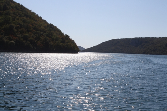 Das Wasser ist klar und schimmert im Licht (Foto: Balkanblogger)
