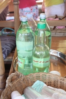 Während der Fahrt wird man nicht verdursten: Wasser, Softgetränke und Rakija werden all die Zeit ausgeschenkt (Foto: Balkanblogger)
