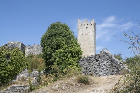 Erhaben steht die Geisterstadt an einem Hügel im Dragatal (Foto: Balkanblogger)
