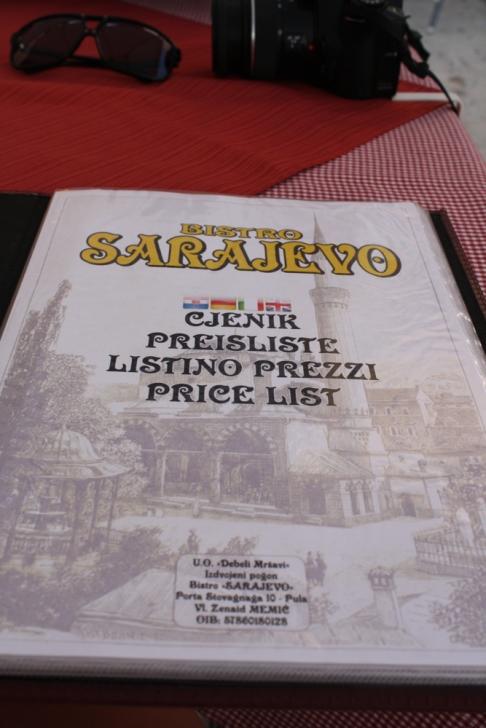 Eine kulinarische Pause legten wir im Restaurant SARAJEVO am Hafen ein. (Foto: Balkanblogger)