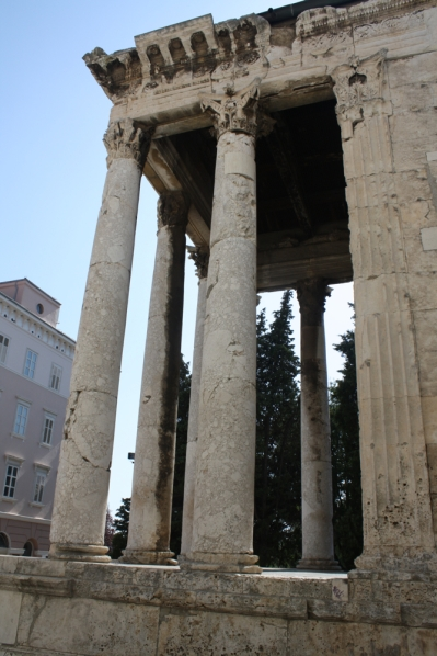 Den Eingang schmücken sechs korinthische Säulen ... (Foto: Balkanblogger)