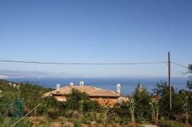 ... um in die Hügel der Stadt zu fahren. Hier oben befinden sich einheimische Geschäfte von Weinbauern. Und der Ausblick ist auch nicht zu verachten. (Foto: Balkanblogger)