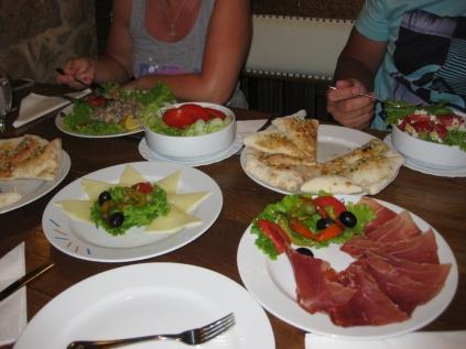 Ein Besuch des Restaurants MARINERO ist ein Muss! Wir nannten es liebevoll das Knoblauchhaus, denn hier bekommt das beste Pizzabrot! (Foto: Balkanblogger)