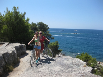 Ein Tipp: Einfach Fahrräder mieten, an der Küste entlang fahren und überall dort Pausen einlegen und baden, wo es einem gefällt! (Foto: Balkanblogger)