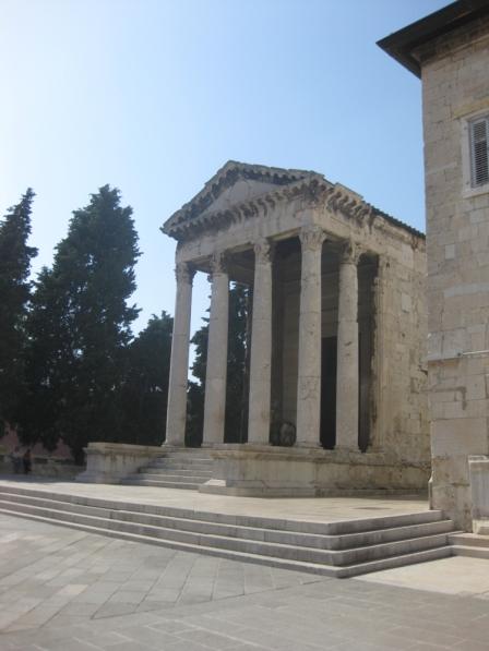 ... auf den Augustus-Tempel. (Foto: Balkanblogger)